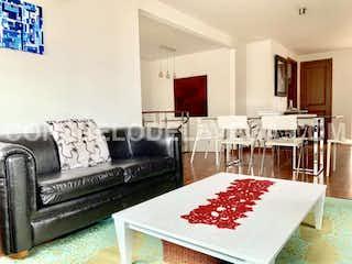 Una sala de estar llena de muebles y una mesa en Apartamento en venta en Caobos Salazar de tres habitaciones