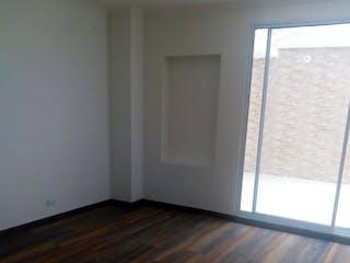 Una vista de una sala de estar con una puerta corredera de cristal en Apartamento en venta en Chicó Navarra de una habitacion