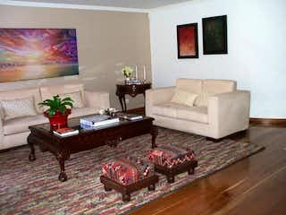 Una sala de estar llena de muebles y una alfombra en Apartamento en venta en Barrio Usaquén de tres habitaciones