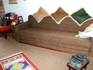 Una sala de estar llena de muebles y una alfombra en Casa en venta en Usaquén, 414mt con jardin