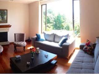 Una sala de estar llena de muebles y una televisión de pantalla plana en Apartamento en venta en Barrio Niza, 180mt con chimenea