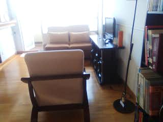 Una sala de estar llena de muebles y una televisión de pantalla plana en Apartamento en venta en Iberia, 50mt con balcon