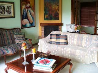 Una sala de estar llena de muebles y un sofá en Casa en venta en San José de Bavaria, 510mt
