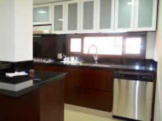 Una cocina con lavabo y microondas en Apartamento en venta en Chicó Reservado, de 171mtrs2