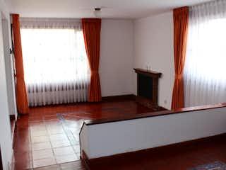 Un cuarto de baño con una bañera y una cortina de ducha en Casa en venta en Casco Urbano Cajicá, de 141mtrs2