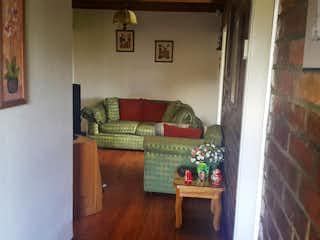 Una sala de estar llena de muebles y un suelo de madera en Casa en venta en Casco Urbano Tabio, de 825mtrs2