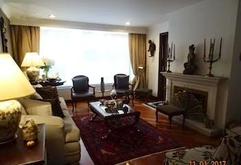 Apartamento En Venta En Bogota Rosales, cuenta tres alcobas y sala con chimenea