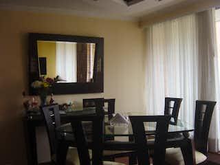 Una sala de estar llena de muebles y una televisión de pantalla plana en Apartamento en venta en Barrio Colina Campestre, de 108mtrs2