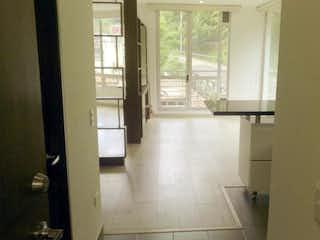 Un cuarto de baño con una puerta de cristal y una ventana en Think