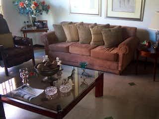Una sala de estar llena de muebles y una chimenea en Casa en venta en Bolivariana de 225mts