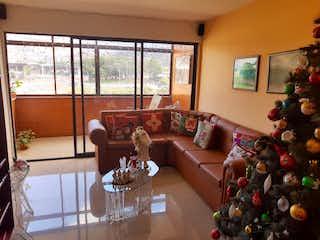 Una sala de estar llena de muebles y decoraciones de navidad en Conquistadores