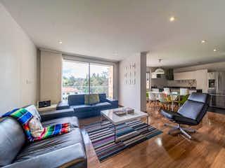 Una sala de estar llena de muebles y una televisión de pantalla plana en Club de los Lagartos