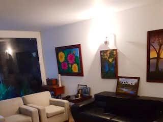 Una sala de estar llena de muebles y una televisión de pantalla plana en Casa en venta en La Calleja de 183mts, tres niveles