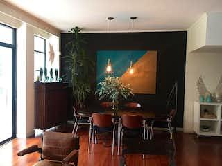 Una sala de estar llena de muebles y una televisión de pantalla plana en Casa en venta en Las Lomas de 280mts, tres niveles