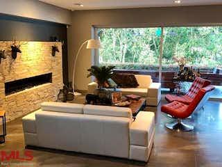 Una sala de estar llena de muebles y una chimenea en Entre Bosques De San Sebastian