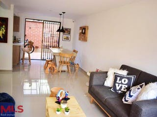 Una sala de estar llena de muebles y una ventana en Casa en venta en San Antonio de Pereira de 127mts