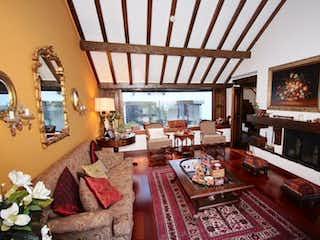 Una sala de estar llena de muebles y una chimenea en Casa En Bogota La Calleja cuenta con 2 pisos de 3 alcobas