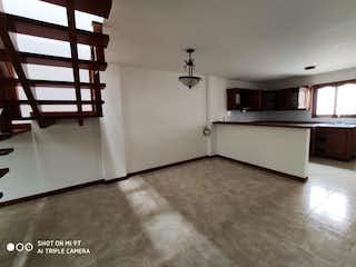 Una cocina con nevera y una mesa en Casa en venta en La Ceja de 175mts