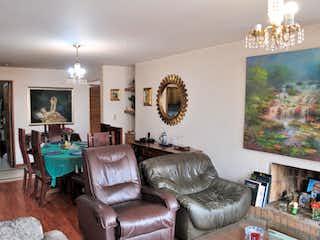 Una sala de estar llena de muebles y una chimenea en Apartamento en venta en El Virrey, de 107,66mtrs2