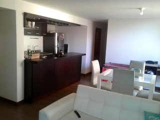 Una sala de estar llena de muebles y una televisión de pantalla plana en Apartamento En Venta En Medellin Palmas