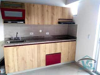 Una cocina con armarios de madera y un horno de cocina en EDIFICIO SAMMY