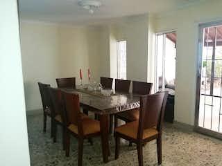Un comedor con una mesa y sillas en Casa en venta en Conquistadores, de 248mtrs2
