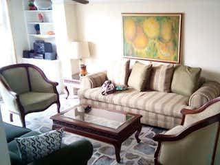 Una sala de estar llena de muebles y una televisión de pantalla plana en Apartamento en venta en Naranjal, de 130mtrs2