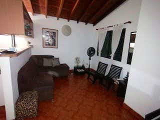 Una sala de estar llena de muebles y una chimenea en Apartamento en venta en Villa Nueva, de 60mtrs2