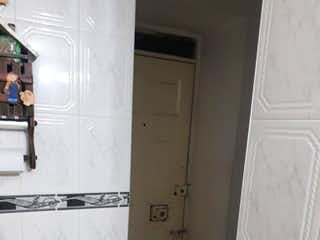 Un cuarto de baño que tiene un inodoro y un lavabo en Apartamento en venta en Barrio El Tintal, de 48mtrs2