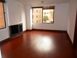 Una sala de estar llena de muebles y una chimenea en Apartamento en venta en Barrio La Carolina, de 65mtrs2