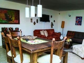 Una sala de estar llena de muebles y una mesa en Casa en Bogota Niza Cordoba - con tres alcobas.