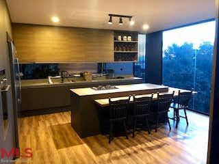 Una cocina con una mesa y sillas en ella en Parcelación Prado Largo