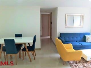 Una sala de estar llena de muebles y una ventana en Indigo