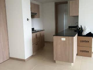 Una cocina con armarios blancos y electrodomésticos blancos en Apartamento en venta en El Rosal, 63mt con dos balcones