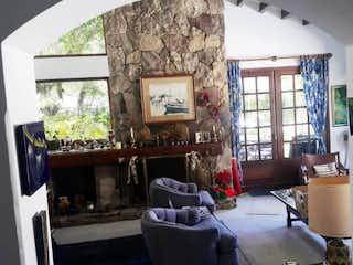 Una habitación llena de muebles y una ventana en Casa En Santa Ana, Santa Bárbara, 3 Habitaciones- 650m2.