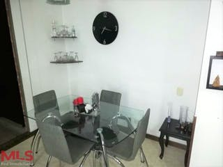 Una sala de estar llena de muebles y un reloj en Flores De Mayorca