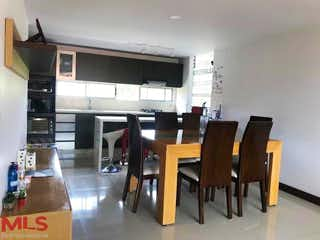 Una habitación llena de muebles de madera y suelos de madera en Contempora (Poblado)