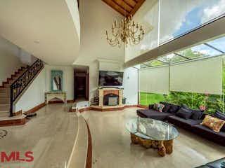 Una sala de estar llena de muebles y una lámpara de araña en Cerros de Fizebad