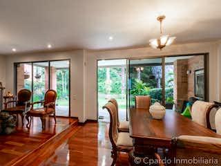 Una sala de estar llena de muebles y una gran ventana en CASA SECTOR DRIVE IN