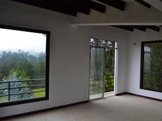 Un cuarto de baño con una puerta de cristal y una ventana en Casa en venta en Tabio de 235mts