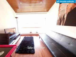 Una sala de estar llena de muebles y una chimenea en Apartamento en venta en Mirandela de dos habitaciones