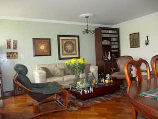 Una sala de estar llena de muebles y una mesa en Apartamento en venta en Puente Largo de 117m2