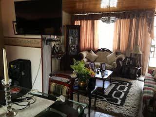 Una sala de estar llena de muebles y una chimenea en Casa en venta en Modelo, 229mt de dos niveles