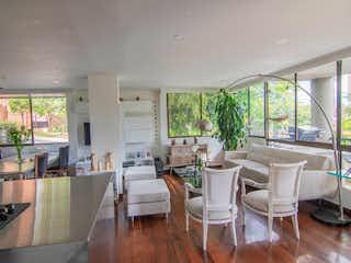 Una sala de estar llena de muebles y una ventana en BOMBINI