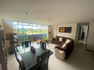 Una sala de estar llena de muebles y una televisión de pantalla plana en Apartamento en venta en Altos de la Pereira, de 180mtrs2
