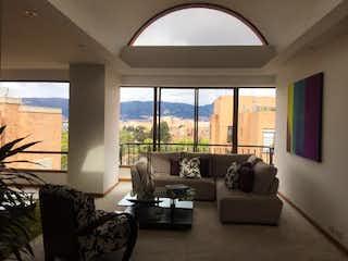 Una sala de estar llena de muebles y una gran ventana en Salamanca y Calatayud