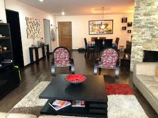 Una sala de estar llena de muebles y una chimenea en Apartamento En Venta En Bogota Cerros De Niza tres alcobas. Sala comedor con chimenea a leña