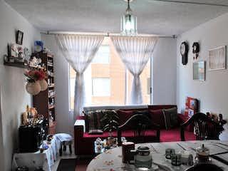 Una sala de estar llena de muebles y una ventana en Apartamento en venta en Bosque de Pinos, 55mt