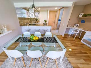 Una habitación con una mesa y una mesa en La Rioja