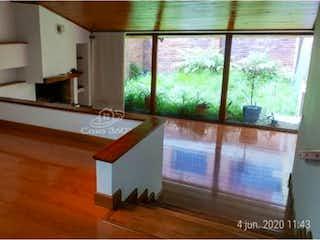 Una pequeña sala de estar con un gran ventanal en Casa en venta en Chicó Reservado, 300mt de dos niveles